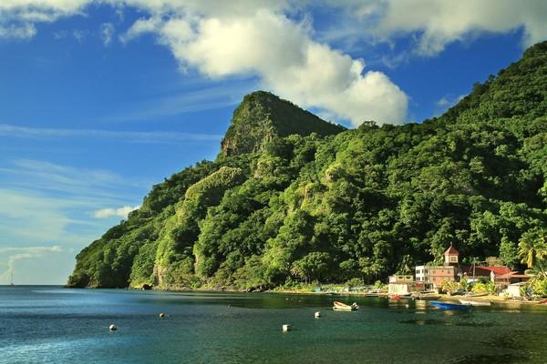 Soufriere Village dan destinasi pesisir lainnya di Dominika cocok banget dikunjungi pecinta wisata bahari (Thinkstock)