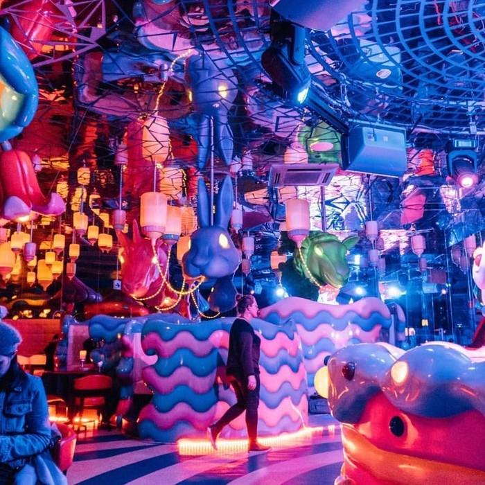 Kawaii Monster Cafe berlokasi di YM Square, Harajuku, Tokyo. Buka tahun 2015, konsep kafe ini kawaii yang berarti lucu. Monster menggemaskan jadi dekorasi utama di dalamnya. Foto: Instagram kawaiimonstercafe