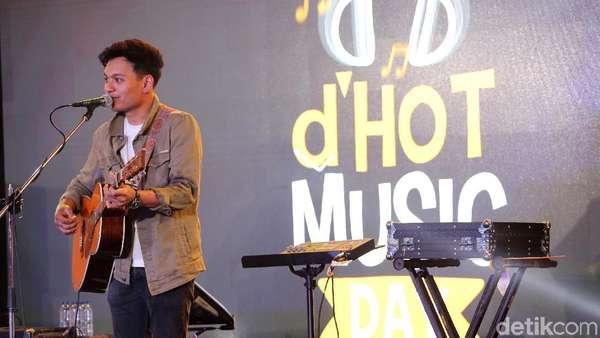 Dibuai Suara Merdu Rendy Pandugo di dHOT Music Day 2018