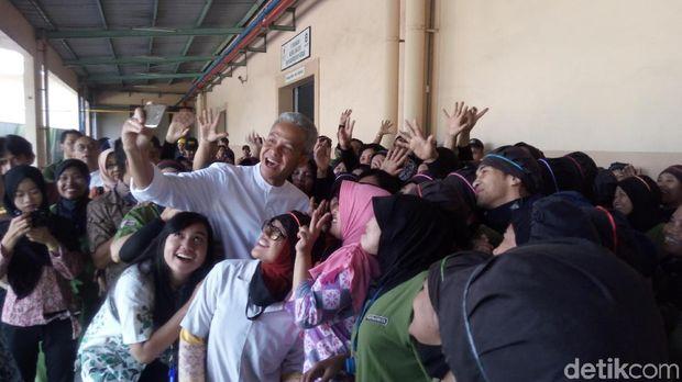 Para karyawan pabrik jamu berebut selfie dengan Ganjar Pranowo.