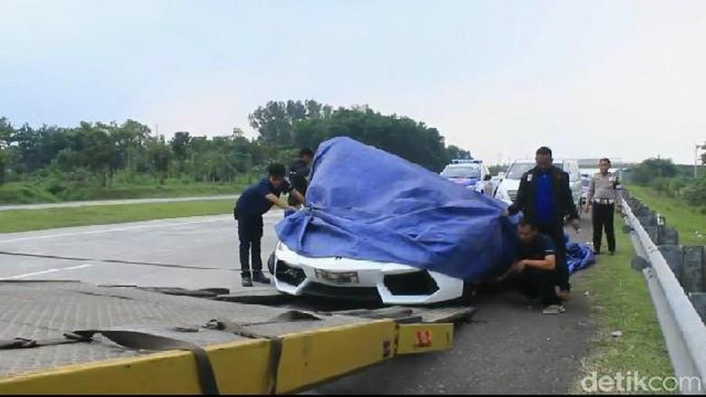 Mobil Lamborghini yang mengalami kecelakaan Foto: Dian Firmansyah/detikcom