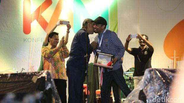 Glenn Fredly saat menerima penghargaan dari Pemerintah Kota Ambon