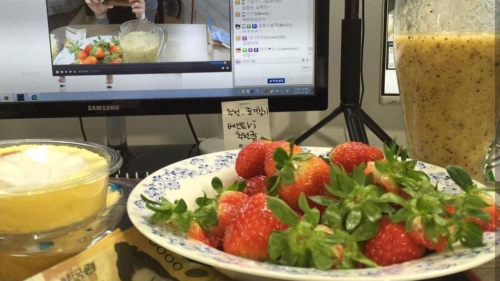 Nggak Mau Kalah Sama DJ Butterfly, Polisi Ini Juga Doyan Makan