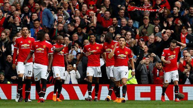 Manchester United unggul 2-0 atas Liverpool di babak pertama.