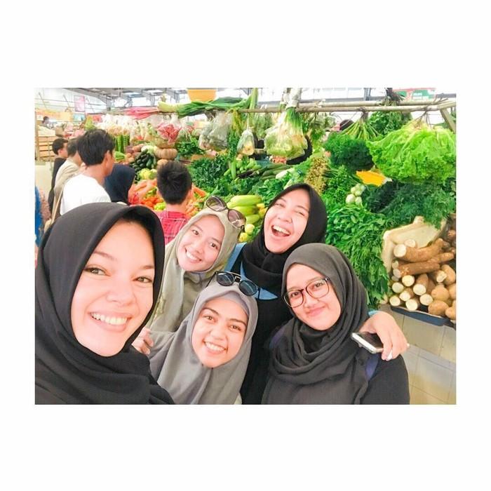 Hari Minggu saatnya Dewi pergi ke pasar. Ia bersama teman-temannya mencari aneka buah dan sayur segar. Seru juga ya ke pasar bareng teman? Foto: Instagram Dewi Sandra