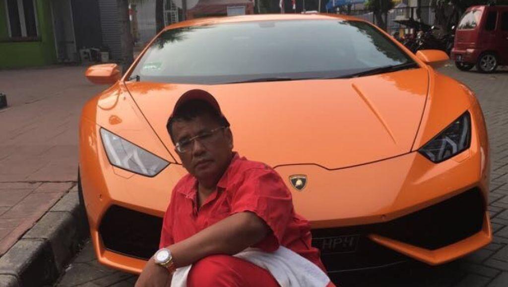 Sambil Naik Lamborghini, Hotman Kritik Proyek Tol yang Mangkrak