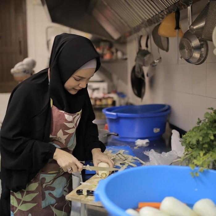 Saat di Spanyol, Dewi memasak di Mesjid Granada. Kabarnya tiap hari Jumat masjid menyediakan makanan gratis untuk jamaah. Kali ini Dewi membantu membuat couscous ayam dan sayuran. Foto: Instagram Dewi Sandra