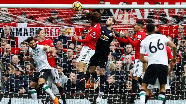 Manchester United Kalahkan Liverpool 2-1.