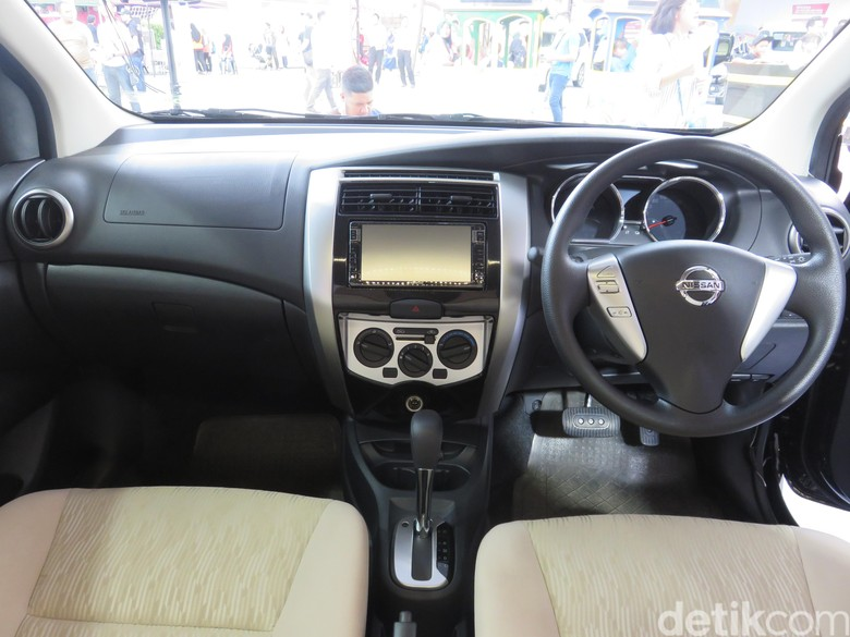 Interior Nissan Livina model lama. Foto: Ruly Kurniawan