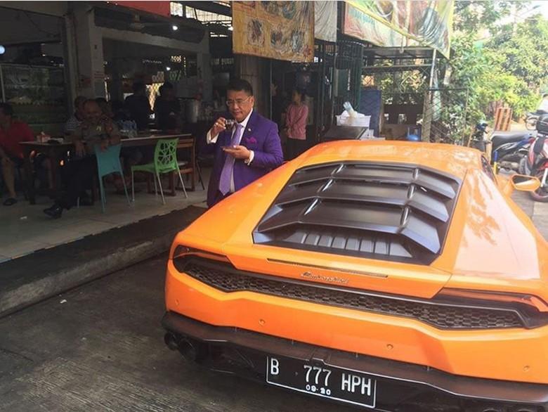Hotman Paris bersama mobil mewahnya