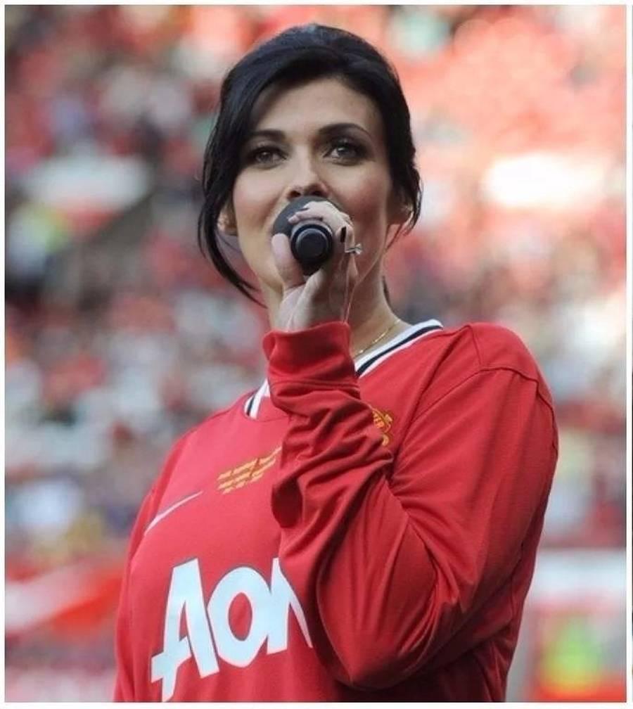 Artis Cantik Fans Manchester United Dan Liverpool Siapa Menang