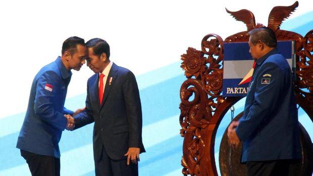 Presiden Joko Widodo (kedua kiri) dan Ketua Kogasma Partai Demokrat Agus Harimurti Yudhoyono (kiri) disaksikan oleh Ketua Umum Partai Demokrat Susilo Bambang Yudhoyono (kanan), di Sentul International Convention Center (SICC), Bogor, Sabtu (10/3).