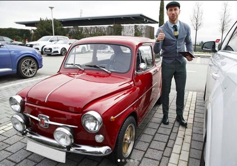 Sergio Ramos baru saja mendapatkan kado ulang tahun sebuah mobil klasik dari sang adik. Foto: Instagram Sergio Ramos