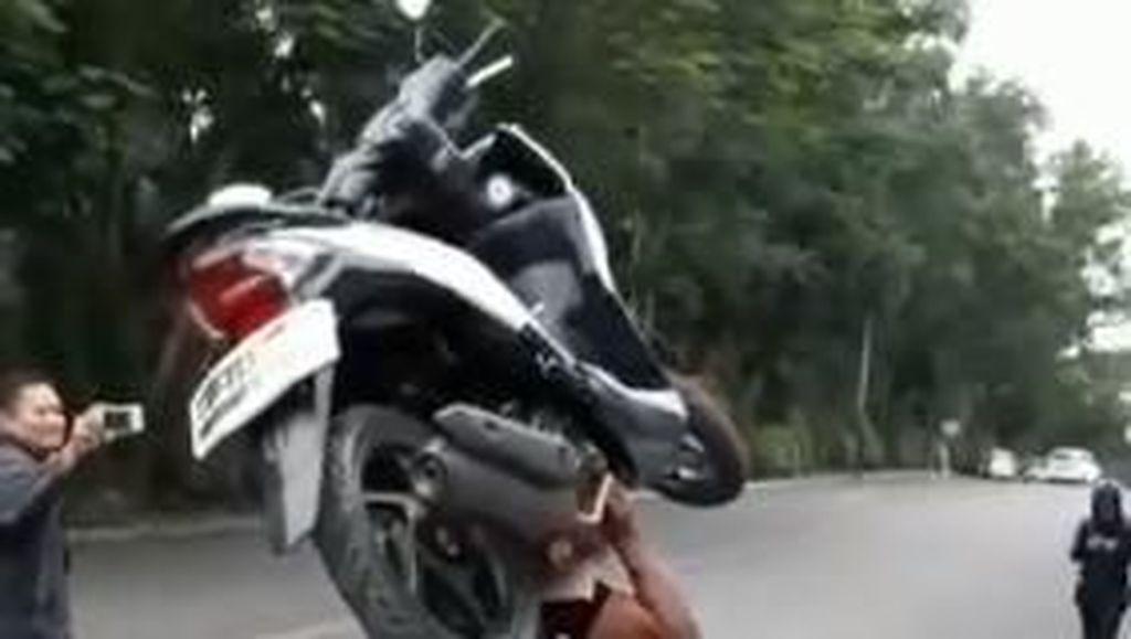 Kuat Bopong-bopong Motor, Satpam Ini Dijuluki Samson oleh Netizen