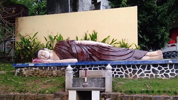 Vihara Buddhagaya Watugong di Semarang juga memiliki patung Buddha tidur. (Bayu Fitri/dTraveler)
