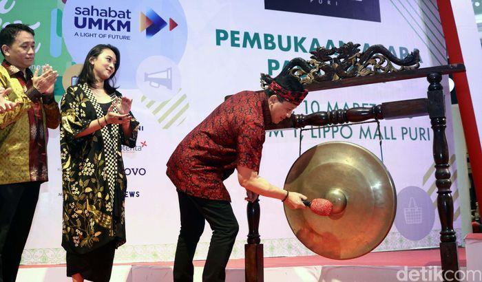 Triawan Munaf memukul gong tanda dibukanya Pasar Kita.