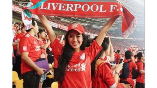 Artis Cantik Fans Manchester United dan Liverpool, Siapa Menang?