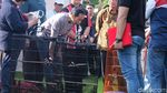 Gaya Jokowi Pantau Kontes Burung di Minggu Pagi