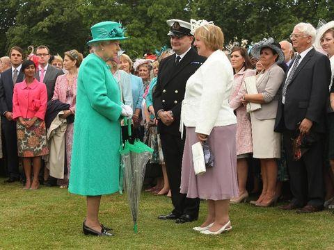 Alasan Ratu Elizabeh II selalu mengenakan sarung tangan