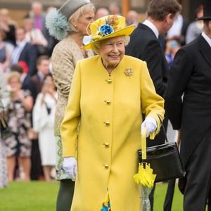 Giliran Desainer Favorit Ratu Elizabeth II yang Buat Baju Medis
