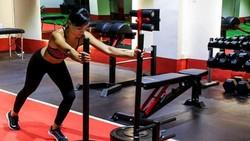 Meski punya wajah imut dan cantik, Jasmine Danker adalah salah satu personal trainer beken asal Singapura. Yuk intip olahraganya berikut ini.