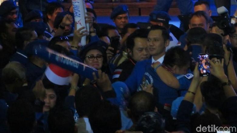 Usai Pidato, AHY Cipika Cipiki dengan SBY-Bu Ani