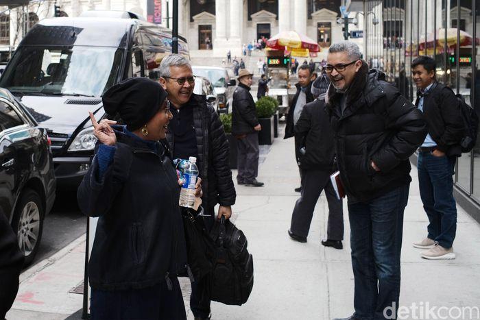 Menteri Kelautan dan Perikanan Susi Pudjiastuti (kiri) menunggu kendaraan menuju Boston bersama Direktur Jenderal Penguatan Daya Saing Produk Kelautan dan Perikanan (PDSPKP) KKP Nilanto Perbowo (tengah) dan Konsul Jenderal RI KJRI, Abdul Kadir Jailani (kanan).