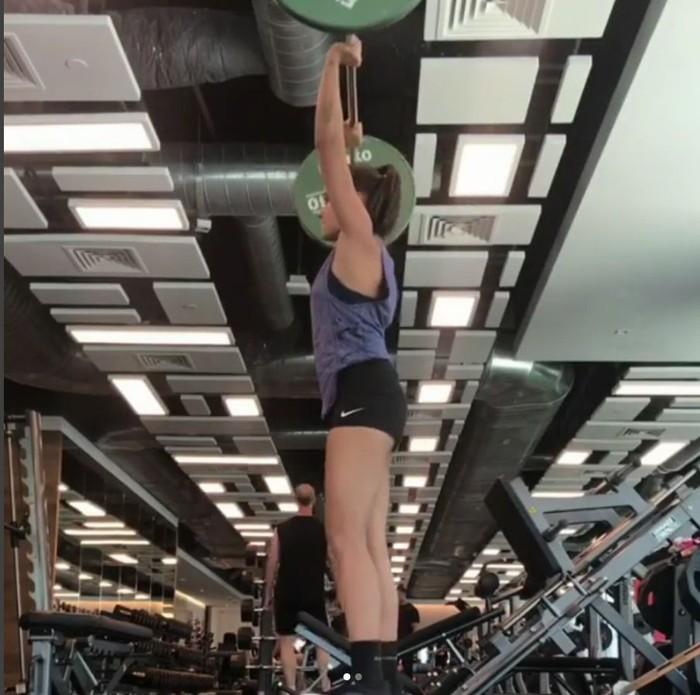 Nggak kalah sama laki-laki, Jas juga bisa angkat beban. (Foto: instagram/jasminedanker)