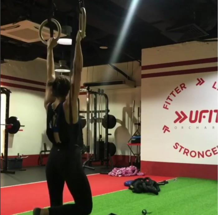 Jelas saja, olahraga pull-up dengan gantungan menjadi latihan sehari-hari. (Foto: instagram/jasminedanker)