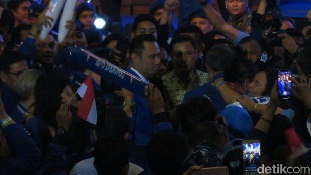 AHY tampak berdiri di hadapan SBY