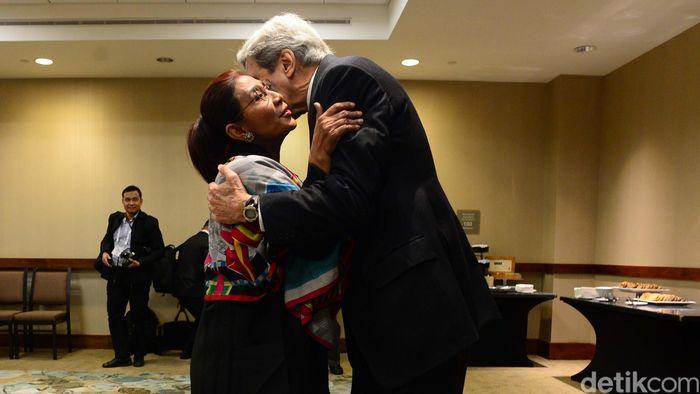 Menteri Susi Pudjiastuti dan John Kerry nampak cipika-cipiki.