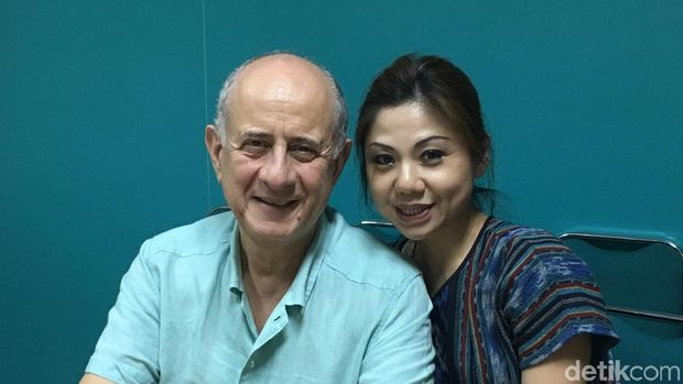 36 Tahun Jadi Diplomat, Eks Dubes Yunani Georgios Veis Jatuh Cinta pada Puisi (Saat berkunjung ke kantor detikcom bersama istrinya Clara Zondag yang juga pelukis)