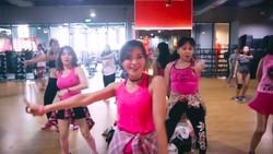 Zumba merupakan olahraga yang mencampur irama senam dengan gerakan dansa. Alhasil, olahraga ini cukup populer terutama di kalangan wanita.