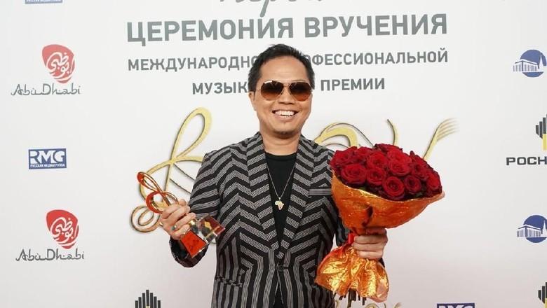 Bangga! Sandhy Sondoro Raih Penghargaan Musik di Moskow