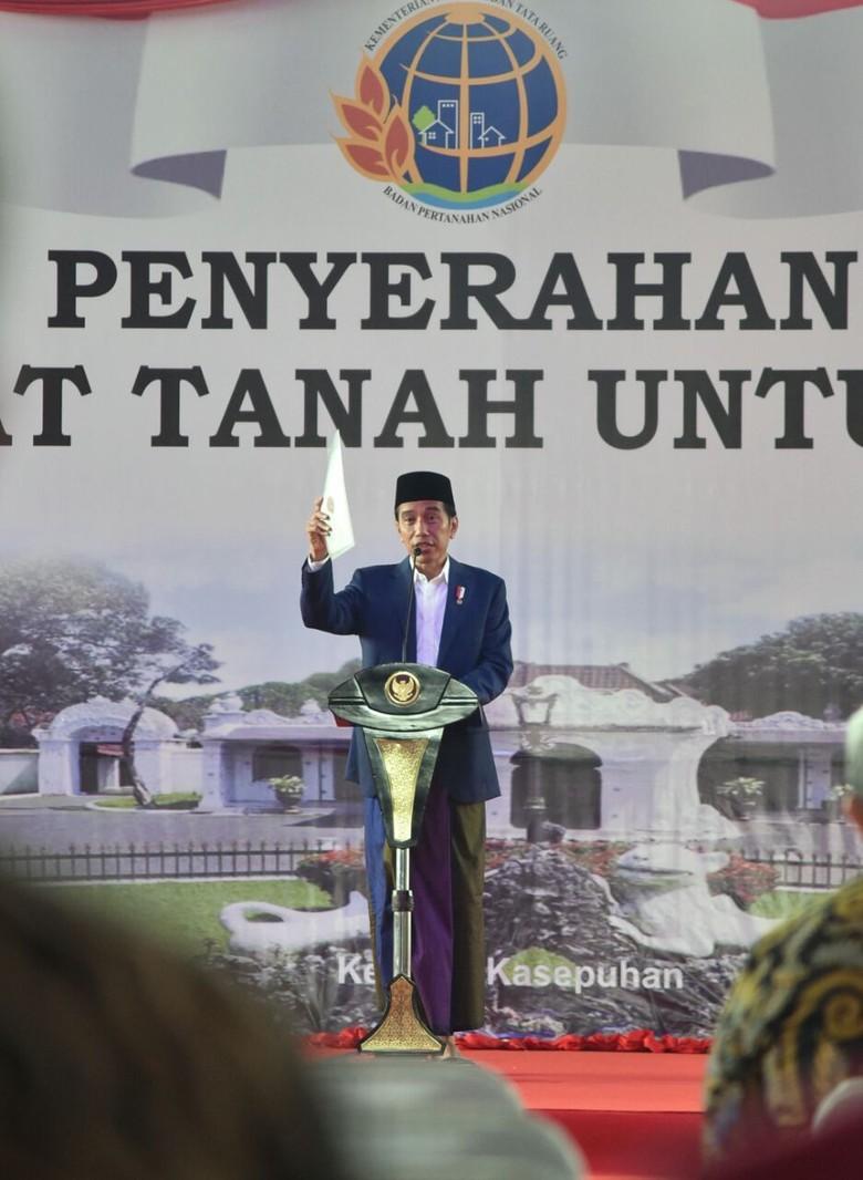 Presiden Jokowi Serahkan 3.000 Sertifikat Tanah di Cirebon