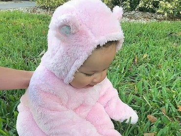 Beruang pink lagi main di rumput. Nah, mana nih yang paling jadi favorit Bunda? (Foto: Instagram/via honey.kids)