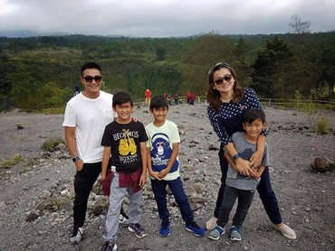 Ini saat keluarga Fahrezi jalan-jalan ke Gunung Merapi. (Foto: Instagram @fahrezirgi)