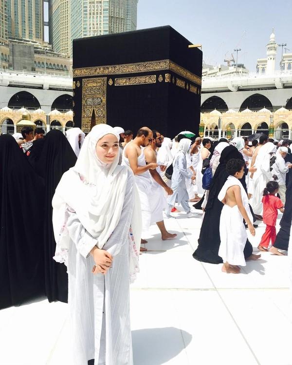 Saat Radiah beribadah ke Tanah Suci Makkah (radiahsarip/Instagram)