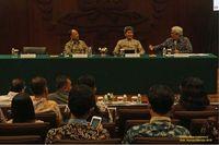 Budi Susilo Soepandji, Iwa Garniwa, dan Imam B. Prasojo diskusi dalam tema Kedaulatan Bangsa  (Foto: UI)