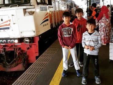 Senangnya naik kereta api ke Yogyakarta. (Foto: Instagram @fennyfahrezi)