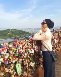 Radiah sudah berkunjung ke Korea Selatan. Ini foto saat ia di N Seoul Tower (radiahsarip/Instagram)