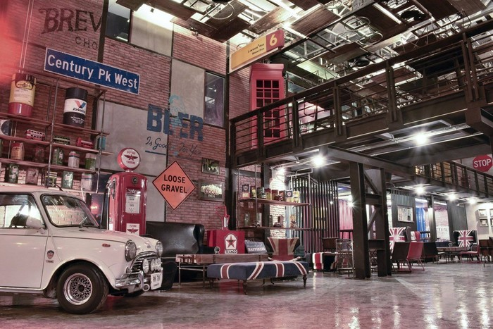 Jangan kaget kalau ke sini kamu bisa menemui mobil-mobil tahun 1960-an. Ada juga sepeda hingga plat nomor mobil yang bernuansa vintage. Foto: ShopJJ