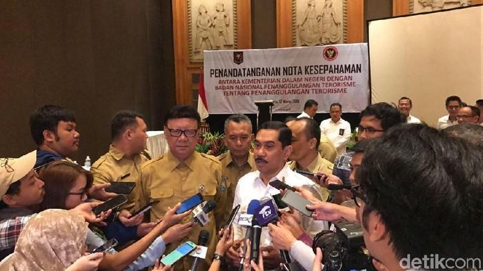 Penandatanganan MoU antara Kepala BNPT Komjen Suhardi Alius dan Mendagri Tjahjo Kumolo. (Taufik/detikcom)