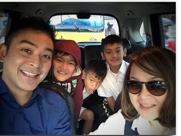 Saat Pak Irgi dan Bu Fenny mengantar ketiga buah hatinya ke sekolah. (Foto: Instagram @fahrezirgi)