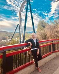 Radiah tak melewatkan kesempatan main ke Six Flags Magic Mountain di California (radiahsarip/Instagram)