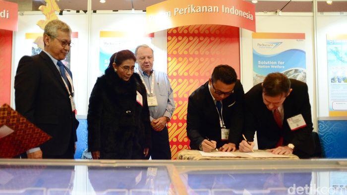 Menteri Kelautan dan Perikanan Susi Pudjiastuti (kedua kiri) bersama Direktur Jenderal Penguatan Daya Saing Produk Kelautan dan Perikanan KKP Nilanto Perbowo (kiri) menyaksikan penandatanganan kontrak penjualan ikan di ajang Seafood Expo North Amerca (SENA), Boston, AS, Minggu (11/3/2018).