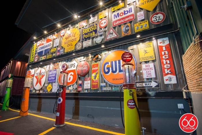 Tempat ini hits di kalangan anak muda Bangkok. Selain seru buat nongkrong, interiornya juga kece. Temanya pom bensin dan garasi vintage di Amerika serta Inggris. Foto: ShopJJ