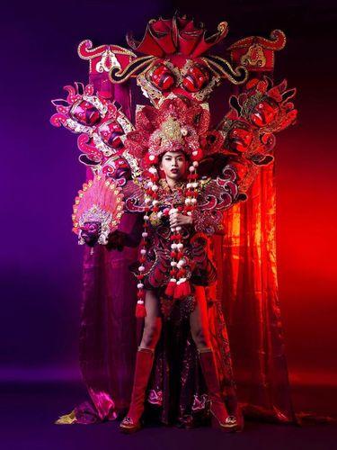 Transgender Indonesia Menang Kostum Terbaik di Miss International Queen