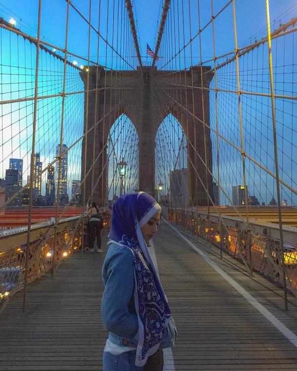 Berpose di Jembatan Brooklyn, New York (radiahsarip/Instagram)