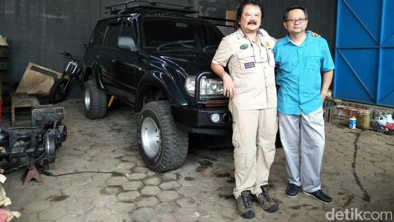 Hauwke (berbaju coklat) dan rekan petualangnya Sunny Rusli. Foto: Ruly Kurniawan